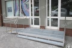 Оборудовать вход с небольшим перепадом высоты можно металлическим крыльцом и лестницей. Такая конструкция проста в установке и при необходимости быстро разбирается.