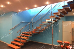 Лестница из нержавеющей стали всегда выглядит стильно и дорого, не требует особого ухода и срок эксплуатации и сохранности «товарного вида» высок, единственный минус – дорого.