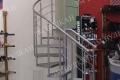 Металлическая радиусная лестница отлично вписывается в интерьер помещения оборудованного под обувной шоу-рум, как в данном случае