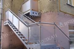 Входная группа оформленная в едином стиле козырьком и металлической лестницей со стеклянными ограждениями. Изделия произведены на заводе металлоконструкций «Вулкан» потниц индивидуальному проекту от Заказчика.