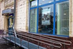 Вход отделения банка «Уралсиб» оборудован металлическим пандусом в комплекте с двойным ограждением
