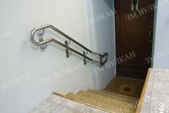 Каждый лестничный пролет должен быть оборудован опорными ограждениями с креплением в стену или напольное основание.