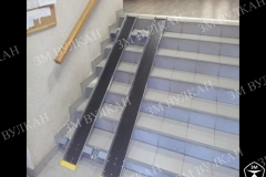 Очень важно направляющие выполнять с противоскользящей поверхностью. Завод металлоконструкций Вулкан предлагает исполнение откидных пандусов из алюминиевого рифлёного листа или с покрытием резиновой противоскользящей поверхностью