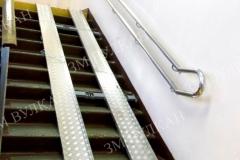 Алюминиевый пандус для лестничного пролета с двойным поручнем установлен в ГБОУ г. Москвы.