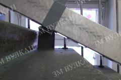 Пандус двойного сложения необходимо сложить и зафиксировать в откинутом положении, для этого нами используетсяскоба, которая надежно скрепляет полозья и крепится к перилам (стене).