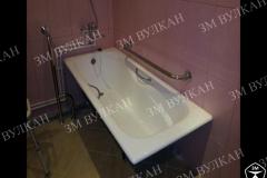 Пример комплектации поручнями ванной комнаты в жилой квартире. Поручень скоба по периметру ванной и у входа стационарная опора с креплением стена пол.
