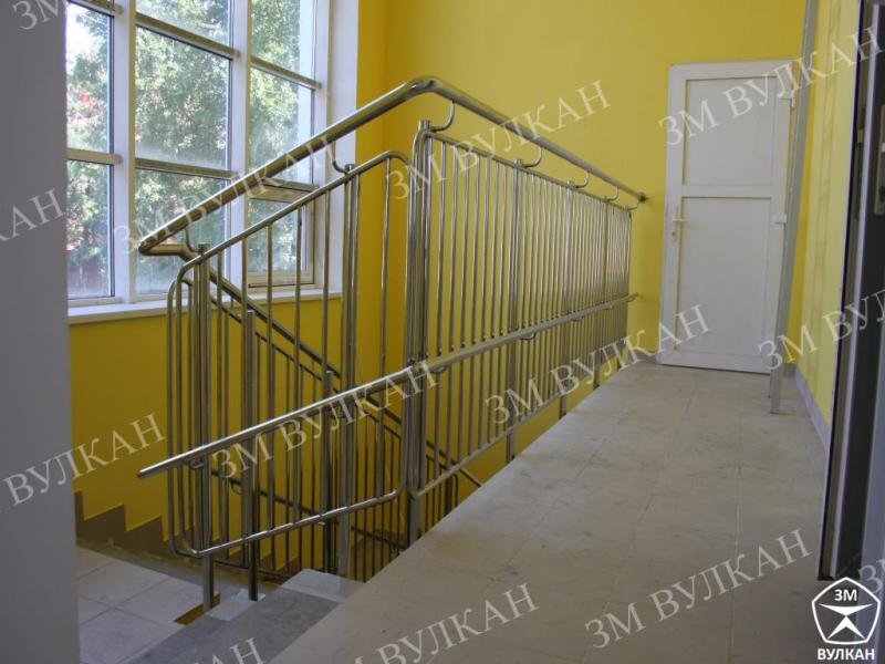 Ограждения из нержавеющей стали для лестниц с заполнением из ригелей.