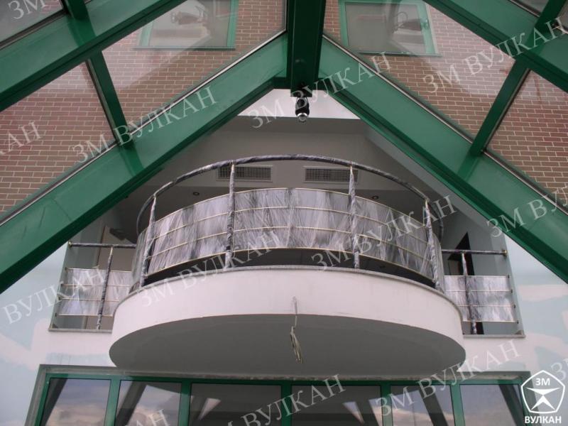Ограждение балконов из нержавеющей стали со стеклянным заполнением.