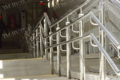 Ограждение спуска подъема станция МКЖД. Тройной поручень. Установка по ГОСТ.