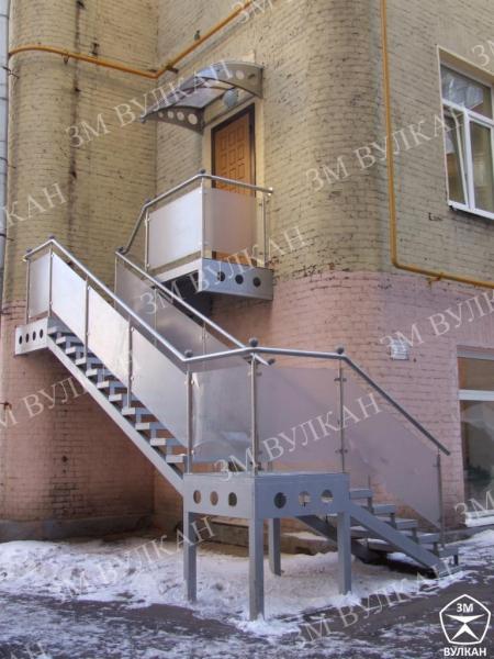 Лестница из металла со стеклянными вставками