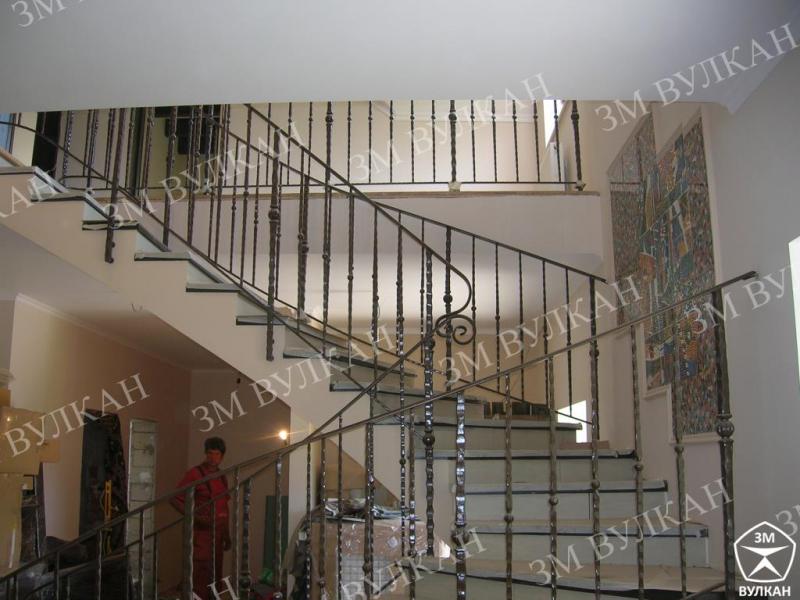 Металлическая  винтовая лестница из конструкционной стали