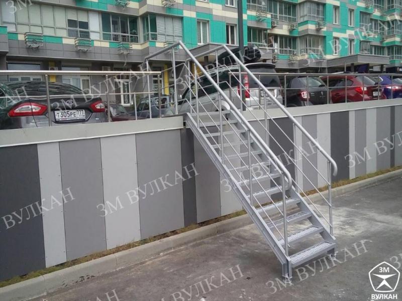Металлическая лестница из конструкционной стали с ограждениями из нержавеющей стали