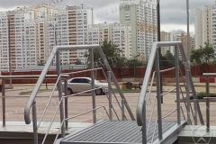 Элемент быстросборной металлической лестницы с площадкой. Заполнение металлический оцинкованный решетчатый лист.