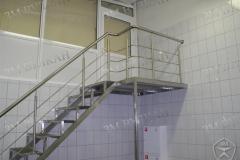 Лестница из нерж стали с ограждениями и площадкой.