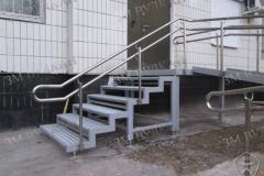 Лестница, как элемент входной группы с быстросборным металлическим пандусом, заездной площадкой и нержавеющими ограждениями.