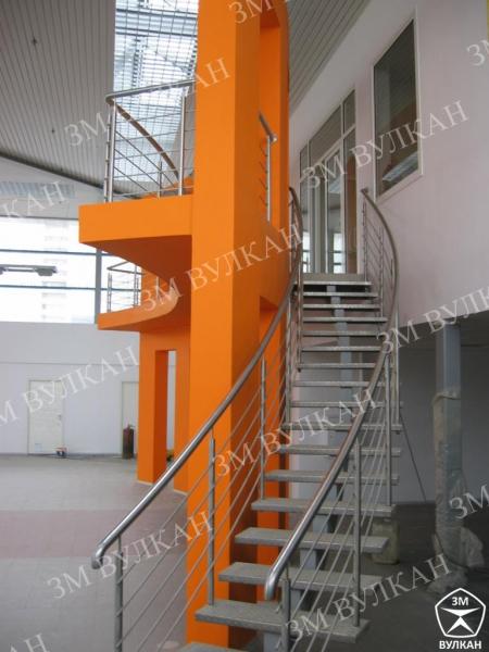 Металлические лестницы из нержавеющей стали с ограждениями.
