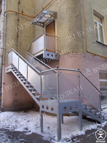 Металлические лестницы с ограждениями из нержавеющей стали и стеклянными вставками