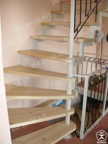 Металлические лестницы с ограждениями из конструкционной стали.