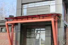 Дизайнерский навес над входом в коттедж. Кровля из стекла. Каркас из окрашенной стали.