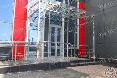 Навес из нержавеющей стали и стекла над входной группой.