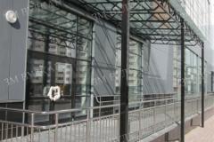 Навес из стекла и стали с ограждением для дошкольных учреждений