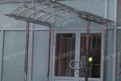Навес на нержавеющих столбах для стеклянного фасада.