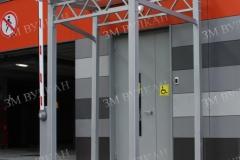 Навес над эвакуационным входом из стекла на стальном каркасе.