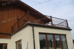 Перила с установкой на балконе частного дома