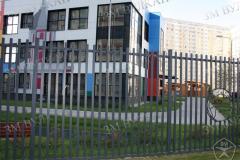 Металлическое ограждение забор выполненно по дизайн проекту