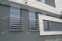 Нестандартное наружное ограждение окна.