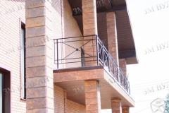 Ограждение балкона из окрашенной стали.