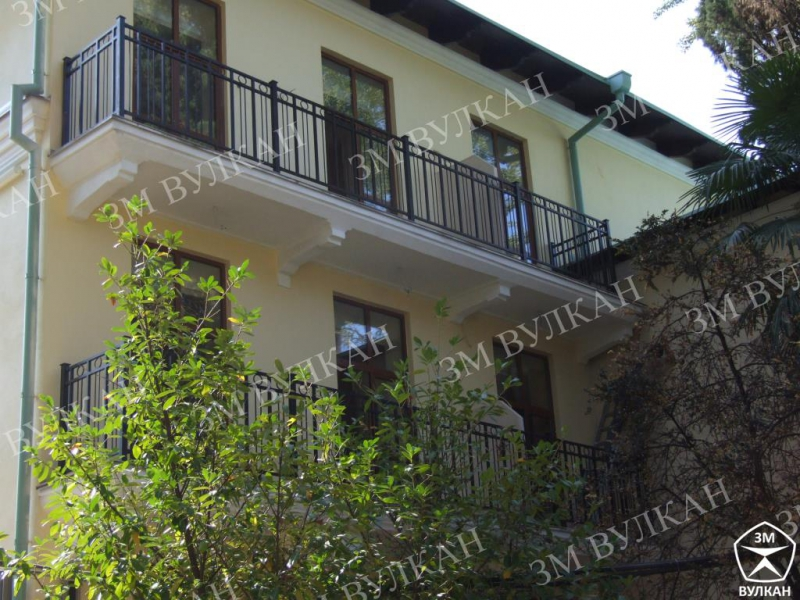 Металлические ограждение балкона из окрашеной конструкционной стали