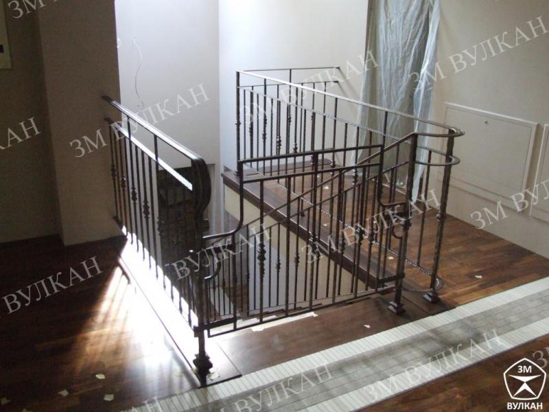 Металлические ограждения лестниц из окрашенной конструкционной стали с заполнением.
