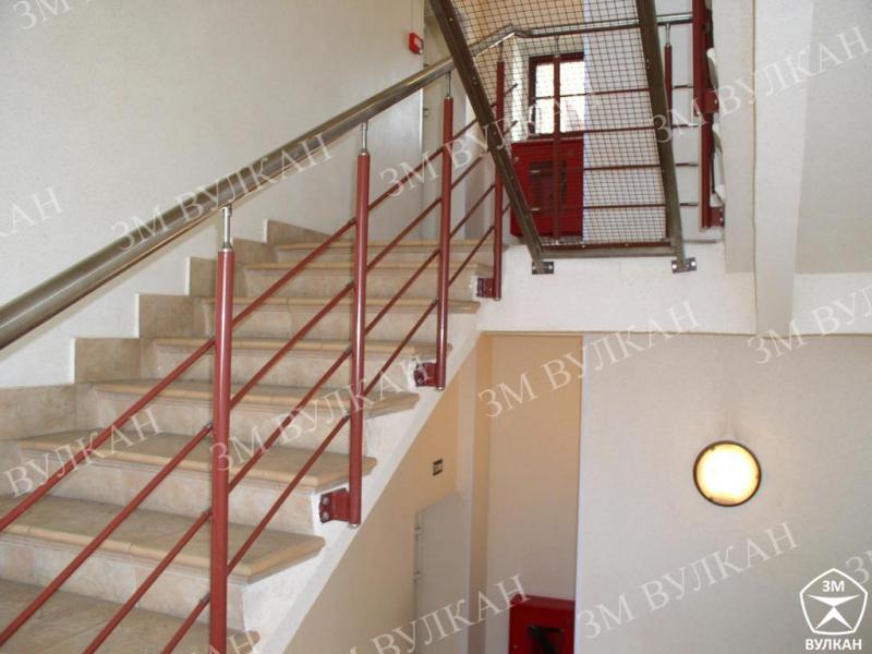 Металлические ограждения лестниц из нержавеющей стали с заполнением из ригелей.