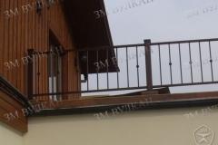 Защитное ограждение с установкой на балконе частного дома.