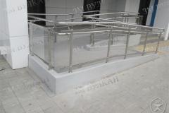 Установка ограждения на бетонном пандусе. Стеклянное заполнение.