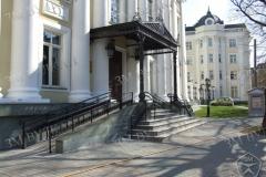 Ограждение пандуса и лестницы в едином архитектруном решении.