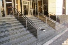 Входная группа центрального офиса банка «ВТБ 24» оформлена стеклянными ограждениями лестницы и пандуса