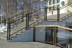Лестничные ограждения в оформлении загородного дома всегда особенно тщательно подбираются дизайнерами. Мы обладаем огромным опытом в изготовлении стеклянных ограждений, в том числе с деревянным поручнем.