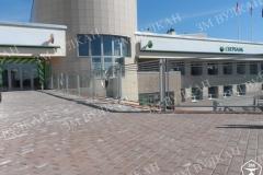 А это уже даже не стеклянное ограждение, а стеклянный забор у одного из отделений Сбербанка в г. Подольск