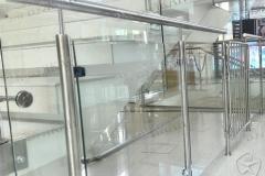 Защитное стеклянное ограждение сполированной сталью.