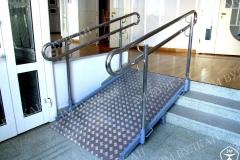 Лестницу внутри помещения далеко не всегда возможно оборудовать пандусом с наклонной частью 1:20, а облегчить спуск подъем человеку на инвалидной коляске необходимо – тогда мы рекомендуем поставь максимально возможную наклонную часть и двойные ограждения  припусками  по 300мм в начале и окончании пандуса.