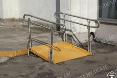 Пандус с ограждениями установлен на улице для преодоления небольшого перепада высоты. Наклонная часть выполнена из квинтета, а ограждения из нержавеющей шлифованной стали