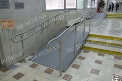 На улице или внутри помещения те перепады высоты (лестницы), которые препятствуют свободному передвижению  людей на инвалидной коляске – должны быть оборудованы пандусами.