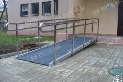 Стационарный быстросборный пандус полностью решает проблему оборудования входа с лестницей в местах, где заливка бетоном и, в-целом, строительные работы невозможны.