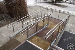 Заездная площадка пандуса для инвалидов с травмобезопасным двойным поручнем