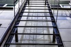 Пожарная металлическая лестница вертикального типа с ограждающим каркасом. Вертикального типа.
