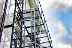 Пожарная металлическая лестница из конструкционной стали с площадкой.