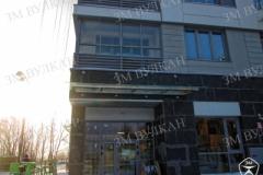 Стеклянный козырек на тягах с установкой на фасаде здания