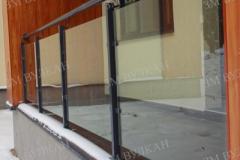 Металлические ограждения для балконов со стеклянными вставками
